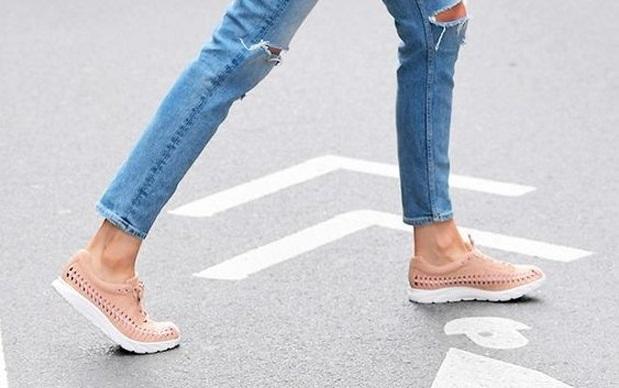 2c92c7b5588a1 Há algumas temporadas o tênis reapareceu na moda street style e não saiu  mais dos pés das fashionistas. Calçados com mood delicado e levinhos caíram  nas ...