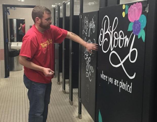 Pais Escrevem Mensagens De Motivação Em Banheiro De Escola